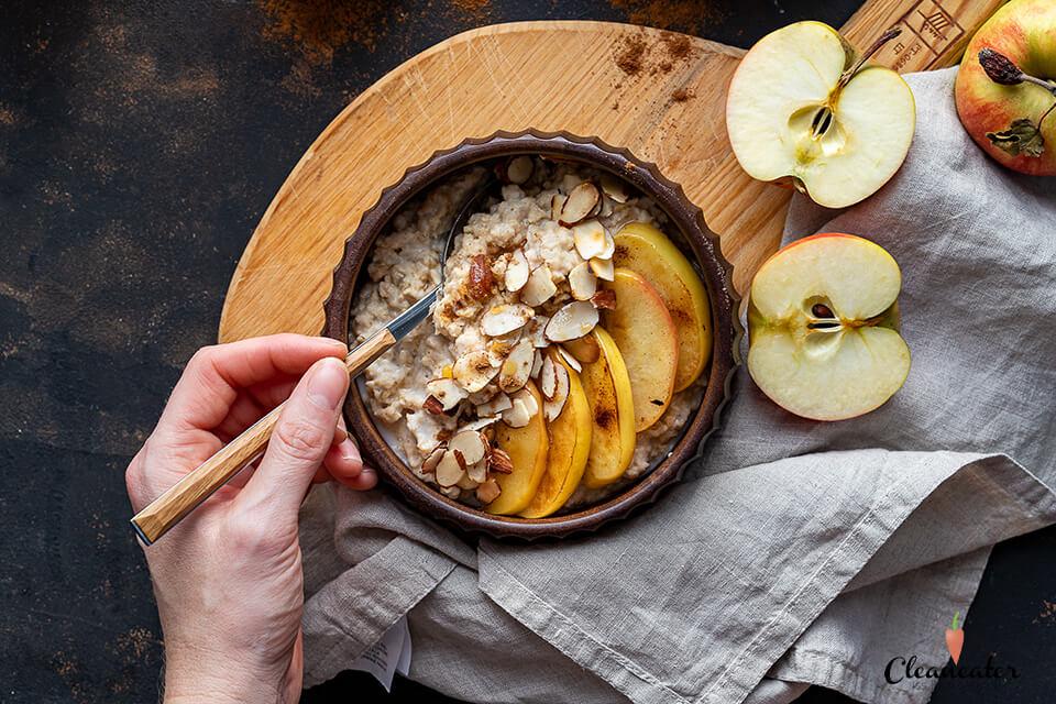 Apfel-Zimt Porridge mit gerösteten Mandeln