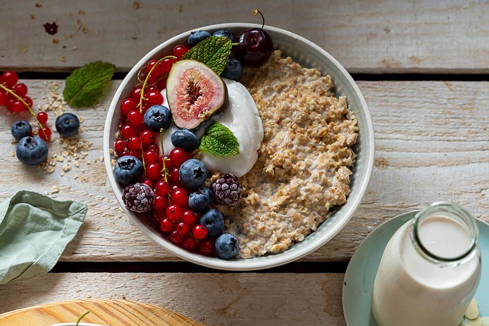 Porridge mit frischen Beeren und Mandelmilch