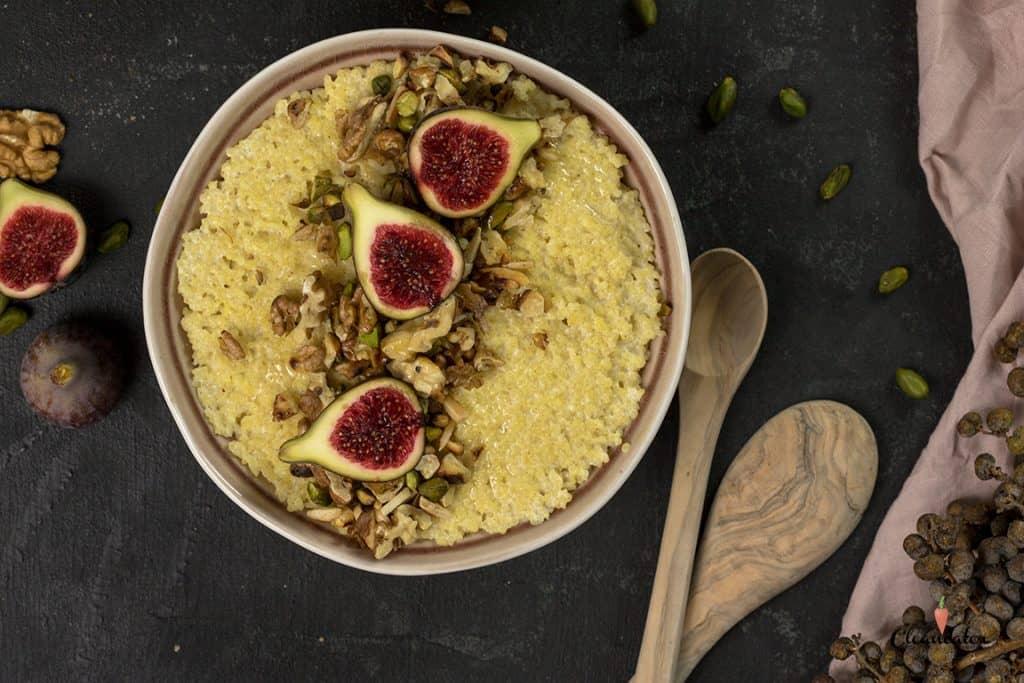 Hirseporridge mit Walnussöl und Feigen - sowohl in der cleanen und ayurvedischen Ernährung sehr beliebt. Warmes Frühstück für kalte Tage!