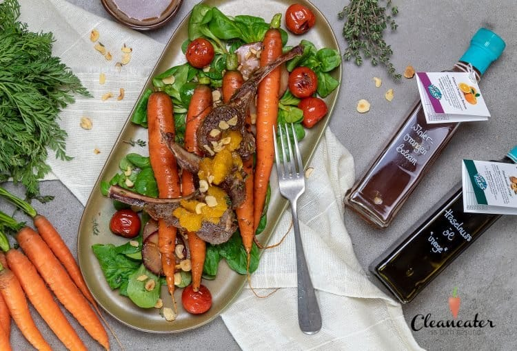 Lammkarree mit geroesten Moehren auf Feldsalat