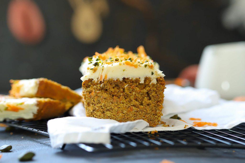 Möhrenkuchen mit Frischkäse-Mango-Topping