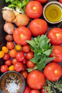 Orientalischer Tomatensalat mit Basilikumöl