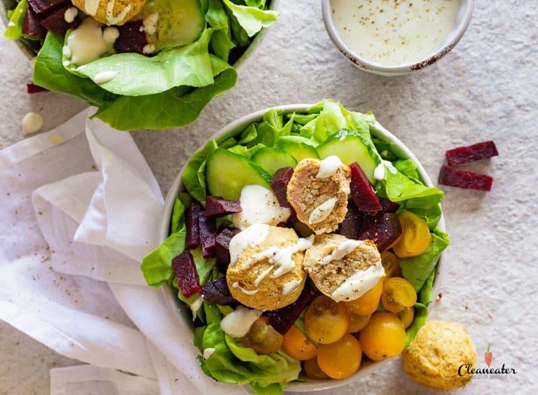 Kopfsalat mit Falafel und Joghurtsauce