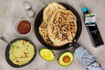 Naan Brot mit Avocado-Senf Dip