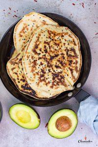 Naan Brot mit Avocado-Senf Dip und Limonenöl