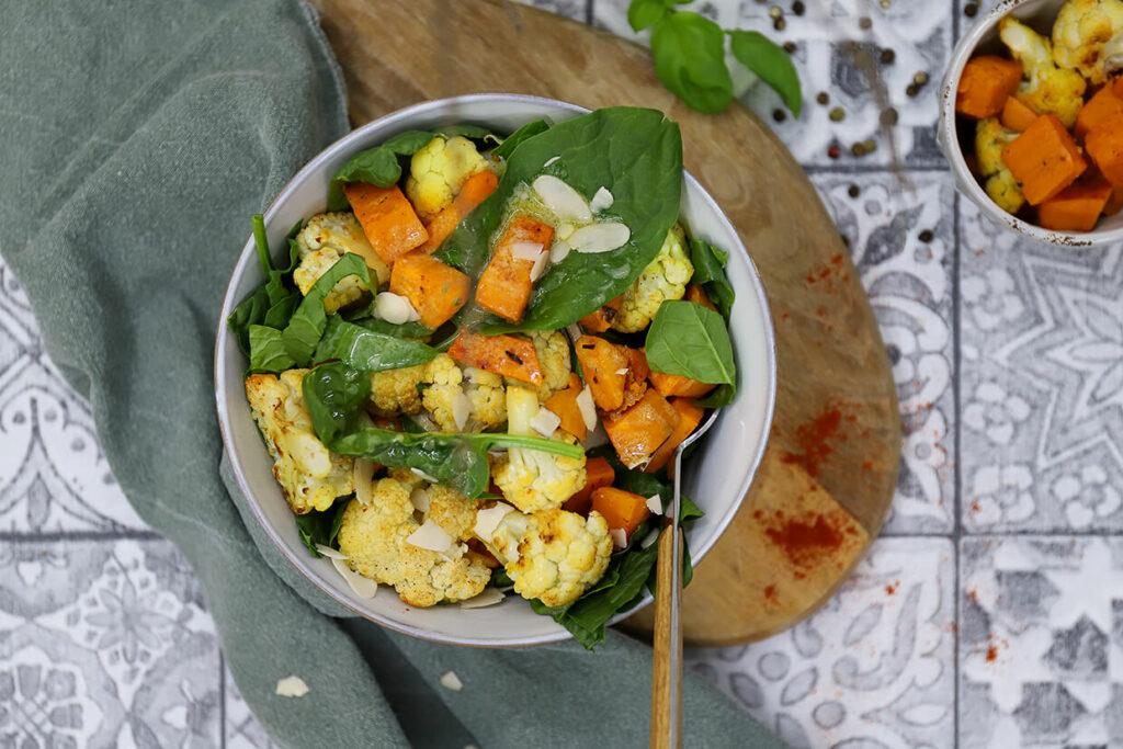 Lauwarmer Süßkartoffelsalat mit Blumenkohl und Spinat